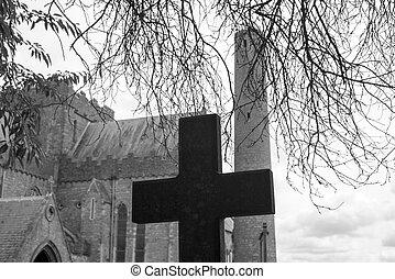 Überqueren Sie den alten Friedhof in der Kathedrale von St. Canice.