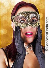 Überraschte Frau mit Karnevalsmaske.