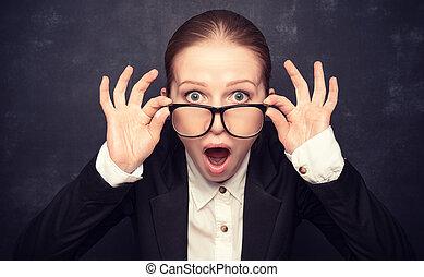 Überraschter lustiger Lehrer in Gläsern schreit.