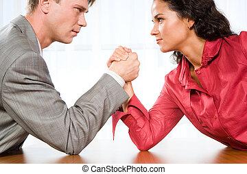 Mann gegen armdrücken frau Frau Gegen