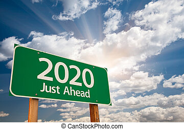 2020 grünes Schild über Wolken.