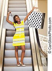 Afrikanerin im Einkaufszentrum.
