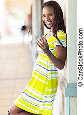 Afrikanische Frau im Einkaufszentrum
