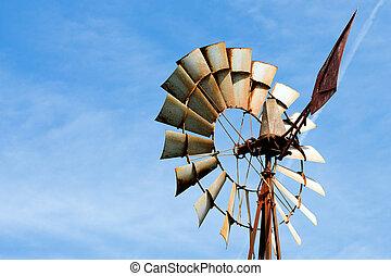 Alte, rostige Windmühle auf dem Bauernhof