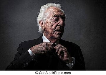 Alter Mann in Anzug.
