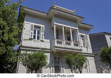 Altes historisches weißes Haus in Buyukada, Istanbul - Truthahn.