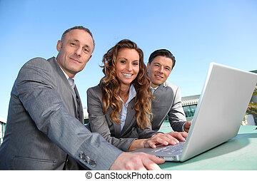 Arbeitsteam während eines Geschäftsreisetreffens