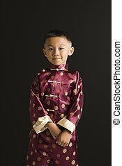 Asiatischer Junge in traditioneller Kleidung.