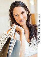 Attraktive junge Frau mit Einkaufstüten