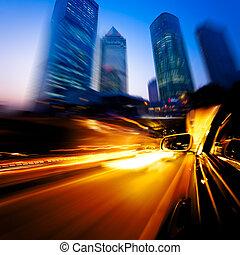 Auto fährt durch die Stadt
