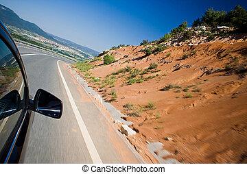 Auto fährt schnell auf einer Straße