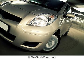 Auto fährt schnell im Parkhaus