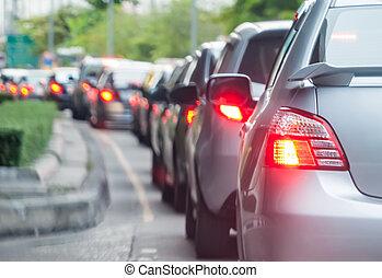 Auto Schlange in der schlechten Verkehrsstraße