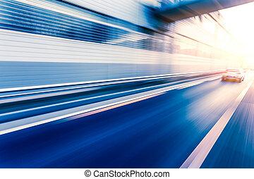 Autofahren auf der Autobahn bei Sonnenuntergang, Bewegungsunschärfe.