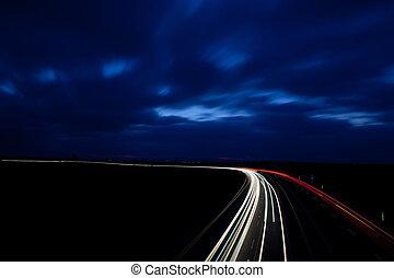 Autos fahren schnell auf einem Highway