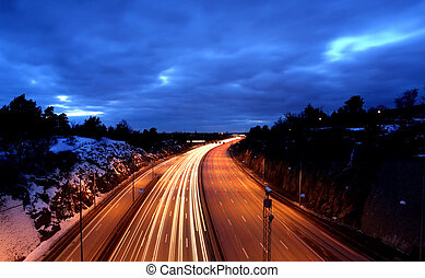 Autos nachts mit Bewegungsunschärfe.
