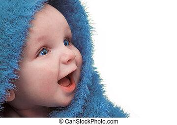 Baby in blauer Decke.