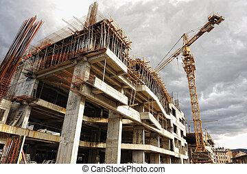 Bauplatz mit Kran und Gebäude