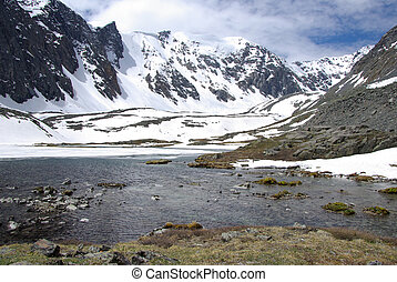 Bergsee im Hintergrund mit hohem Berg