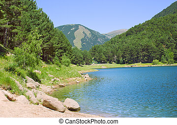 Bergsee im Sommer.