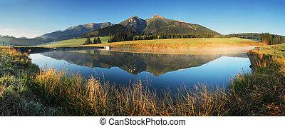Bergseenpanorama - Slowakei Tatra bei Sonnenaufgang.