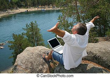 Beschäftigte Männer im Urlaub