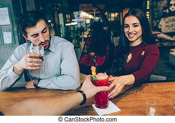 bild, drink., frau, cocktail, sie, sitzen, satisfied., besides, girl., junger, bekommen, schauen, auch, seine, kerl, aussehen, barman., m�dchen, er, trinken, glücklich