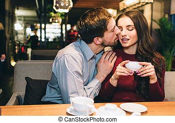 bild, seine, sie., becher, sie, tee, sitzen, ehepaar., girlfrien, reizend, attraktive, besitz, küssende , tisch, annahme, kiss., mann