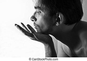 Bildet das Porträt eines jungen unrasierten Mannes