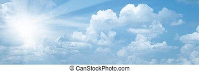 Blauer Himmel mit heller Sonne als abstrakter Hintergrund