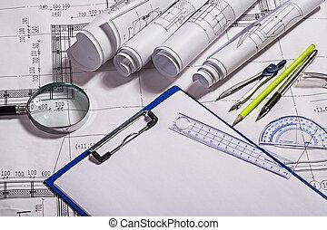 Blaupausen und Zeichnungswerkzeuge.