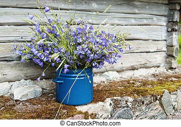 Blumenstrauß inmitten der ländlichen Landschaft