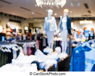 Blur Kleiderladen mit Kunden und Schaufensterpuppen.