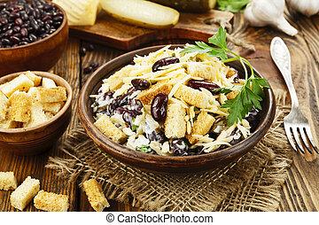 Bohnensalat mit Croutons.