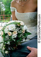 Bouquet gegen das junge Paar