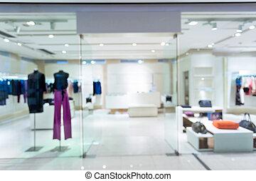 Boutique Schaufenster mit Schaufenstern in modischen Kleidern.