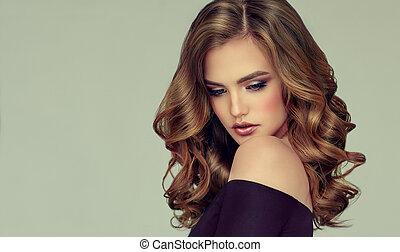 Braune, behaarte Frau mit voluminösem, glänzendem und lockigem Haar.