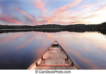 Canoe Bow auf einem See bei Sonnenuntergang.