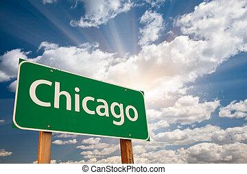 Chicago Green Road Schild über Wolken.