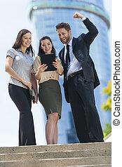City Business-Mann-Frauen-Team mit Tablet-Computer.