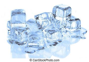 Coole Eiswürfel schmelzen auf einer weißen reflektierenden Oberfläche
