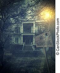 Das alte verlassene, unheimliche Geisterhaus.