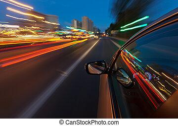 Das Auto fährt schnell in der Nachtstadt