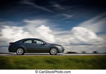 Das Auto fährt schnell.
