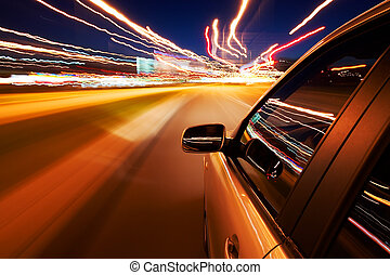 Das Auto fährt schnell