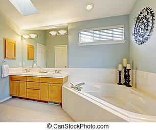 Das Badezimmer ist in hellblauem Ton renoviert.