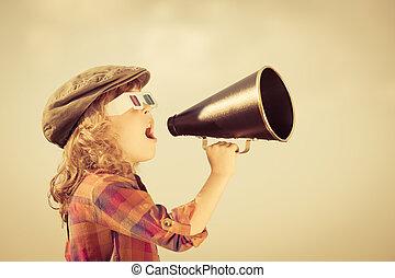 Das Kind schreit durch ein altes Megaphon