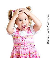 Das kleine Mädchen, das mit den Händen auf dem Kopf überrascht war, isoliert auf weißem Hintergrund