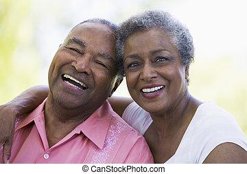 Das Senior-Paar sitzt draußen