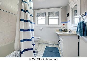 Das weiße Badezimmer erfrischen.